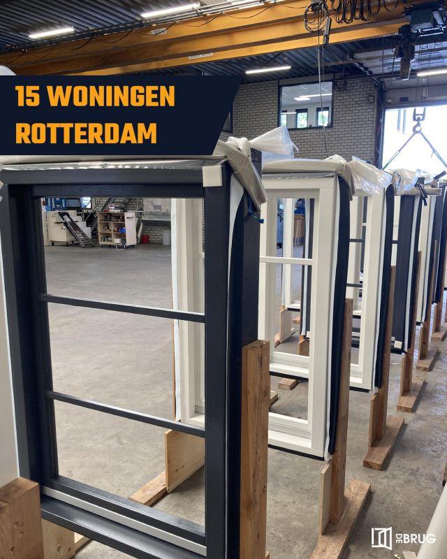 Tijd voor beglazing! Voor een mooi project van @bolton_groep leveren wij voor 15 woningen in Rotterdam de buitenkozijnen, ramen en deuren. Een volledig aflakproject met vaste roedes!